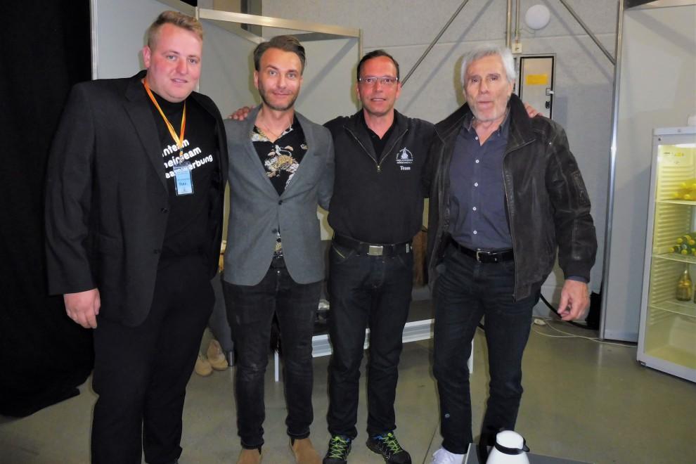 Marketing Leiter Alexander Klein & Winnetoudarsteller Eric Nisius mit den Ehrengästen der Karl-May-M